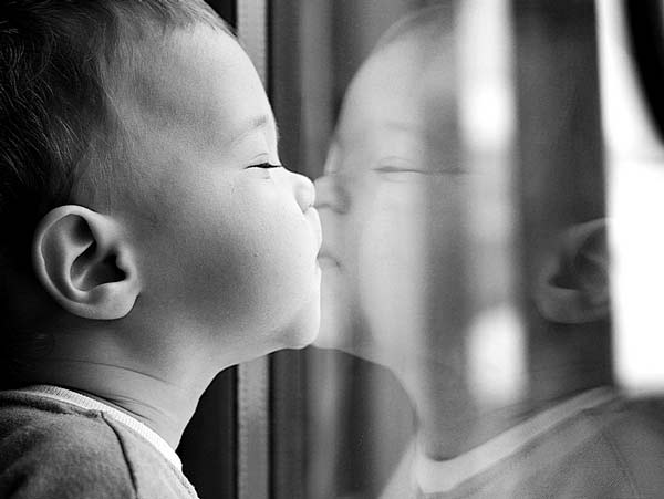 baby mirror kiss